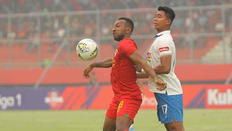 Patrich Wanggai tengah duel dengan pemain PSIS Semarang Copyright: kaltengputra_id