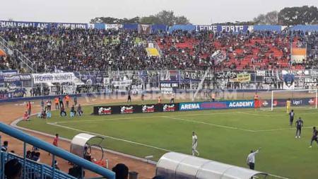 Ilustrasi Aremania saat mendukung Arema FC di Stadion Kanjuruhan. - INDOSPORT