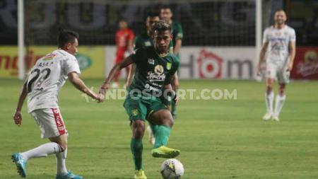 Osvaldo Haay mengeksekusi bola ke arah gawang Bali United. - INDOSPORT