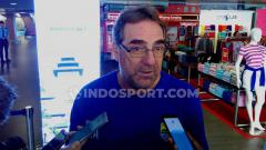 Indosport - Pelatih Persib Bandung, Robert Rene Alberts, saat ditemui di Bandara Husein Sastranegara, Kota Bandung, Selasa (24/9/19).