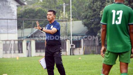 Pelatih PSMS Medan, Jafri Sastra, saat memimpin skuatnya latihan di Stadion Kebun Bunga, Medan, Selasa (24/9/19) sore. - INDOSPORT