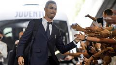 Indosport - Cristiano Ronaldo saat menyapa para fans