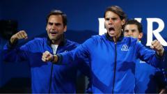 Indosport - Roger Federer dan Rafael Nadal di ajang Laver Cup 2019.