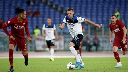 Duel antara pemain AS Roma vs Atalanta - INDOSPORT