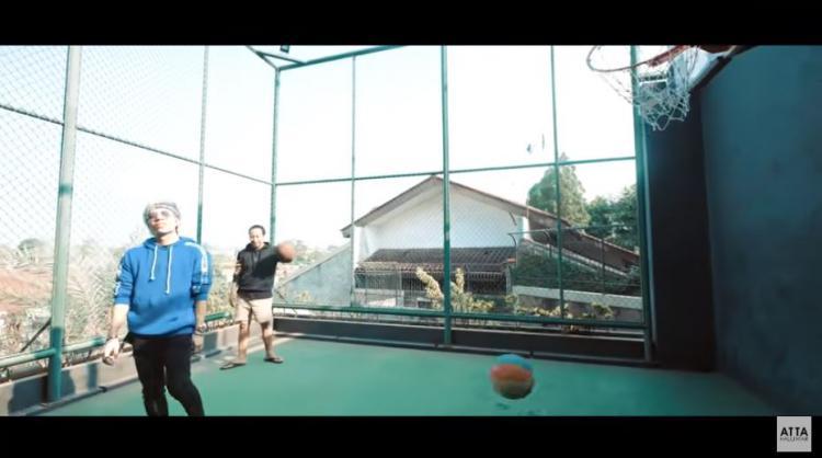 Lapangan basket milik Denny Cagur Copyright: YouTube/Atta Halilintar