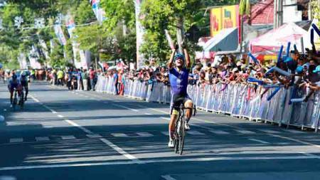 Indonesia kembali menambah medali emasnya di SEA Games 2019. Kali ini lewat cabang olahraga balap sepeda yang di tunggangi Aiman Cahyadi. - INDOSPORT