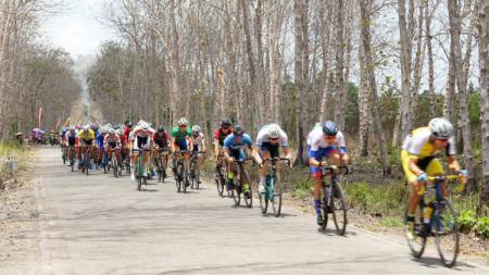 Ajang balap sepeda Tour De Banyuwangi Ijen 2019. - INDOSPORT