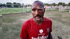 Indosport - Bek Bali United, Leonard Tupamahu, menjelang laga Liga 1 2019. Foto: Nofik Lukman Hakim