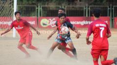 Indosport - Pertandingan antara PS Badung (merah) melawan Putra Tresna Bali FC (hitam) di Stadion Ngurah Rai, Denpasar, Kamis (26/9/19). Foto: Nofik Lukman Hakim