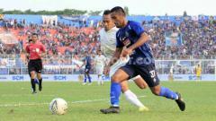 Indosport - Agil Munawar saat membela Arema FC.