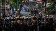Indosport - Mahasiswa bentrok dengan polisi menentang pemerintah untuk membatalkan revisi RUU KUHP dan berencana untuk melemahkan komisi anti korupsi (KPK), Kamis (26/09/2019).