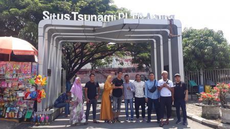 Pemain Sriwijaya FC menyambangi Museum Tsunami di Banda Aceh. - INDOSPORT