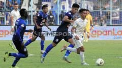 Indosport - Hanif Sjahbandi saat membayangi pergerakan pemain PSS Sleman.