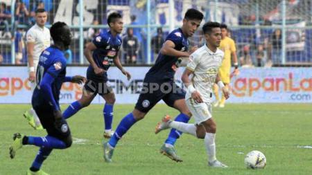Pemain Arema FC, Hanif Sjahbandi saat membayangi pergerakan pemain PSS Sleman di laga Liga 1. - INDOSPORT