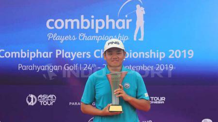 Pegolf asal Jepang, Ryuichi Oiwa mengangkat piala setelah meraih juara pada Combiphar Player Championship 2019 di Lapangan Parahyangan Golf, Kabupaten Bandung Barat, Jumat (27/9/2019). - INDOSPORT