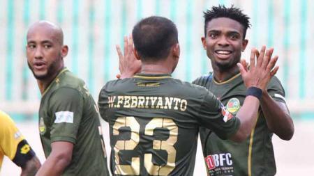 Para pemain TIRA-Persikabo melakukan selebrasi usai mencetak gol ke gawang Semen Padang di Liga 1 2019. - INDOSPORT