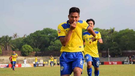 Wahyu Prasetyo melakukan selebrasi usai membobol gawang Bandung United. - INDOSPORT