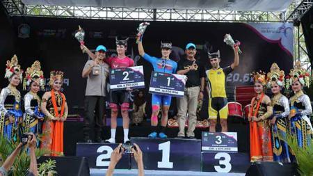 Etape ketiga International Tour de Banyuwangi Ijen (ITdBI) 201 menjadi milik pembalap asal Jepang, Kakeru Omae. Rider asal Aisan Racing Team ini menyelesaikan etape ketiga dengan catatan waktu 2 jam 36 menit 53 detik. - INDOSPORT