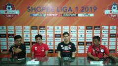Indosport - Konferensi Pers PSM Makassar setelah takluk 1-3 dari Persipura Jayapura diwakili oleh pelatih Darije Kalezic dan pemain Rizky Pellu.