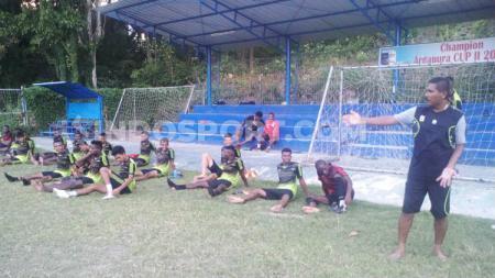 Pelatih Sepak Bola PON Papua, Eduard Ivakdalam (paling kanan) usai mendampingi anak asuhnya berlatih - INDOSPORT