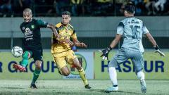 Indosport - David da Silva tengah mengeksekusi bola ke arah gawang Barito Putera