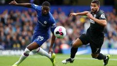Indosport - Pemain muda Chelsea, Fikayo Tomori (kiri), kini tengah diincar oleh raksasa Italia, AC Milan, di bursa transfer musim dingin.
