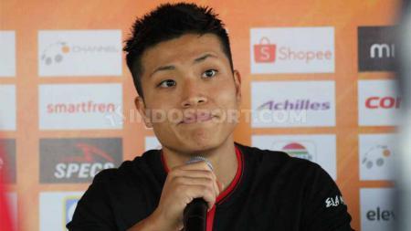 Gelandang Persipura Jayapura asal Jepang, Takuya Matsunaga masih tak mau menerka-nerka kelanjutan nasibnya meskipun kompetisi Indonesia makin tak menentu. - INDOSPORT