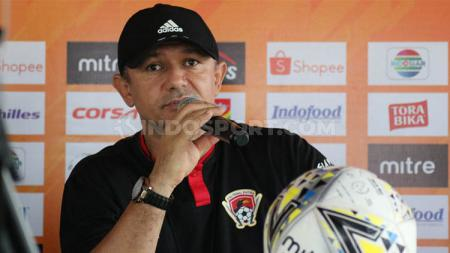 Pelatih Kalteng Putra, Gomes de Oliveira, dalam konferensi pers Liga 1. - INDOSPORT