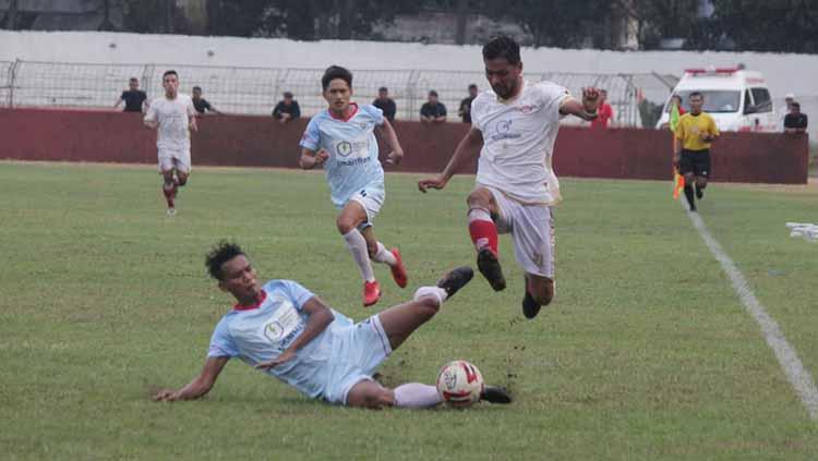 Pemain Persis, Nanang Asripin berusaha menghindari adangan pemain Sulut United. Copyright: Media Persis