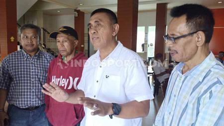 Ketua Askot PSSI Makassar, Junaldi Monoarfa (putih), bersama beberapa perwakilan klub pemilik suara Askot PSSI Makassar. - INDOSPORT