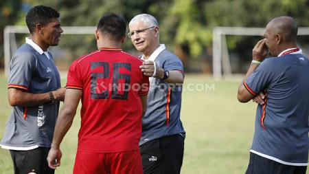 Edson Tavares langsung memimpin latihan perdana Persija Jakarta setelah diresmikan sebagai pelatih baru. - INDOSPORT