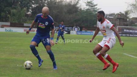 Bruno Silva tengah mengontrol bola dari serangan pemain Badak Lampung. - INDOSPORT