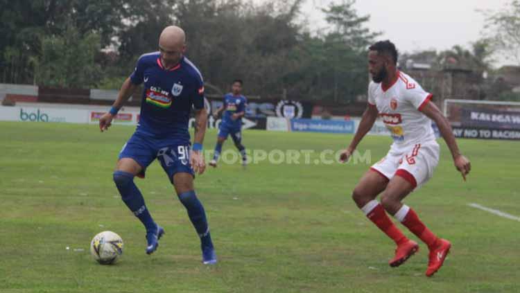 Bruno Silva tengah mengontrol bola dari serangan pemain Badak Lampung. Copyright: Alvin Syaptia Pratama/INDOSPORT
