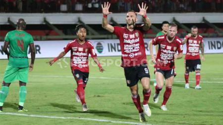 Selebrasi gol Ilija Spasojevic setelah mencetak gol ke gawang Kalteng Putra. Selebrasi yang mengisyaratkan gol ke-10 pada Shopee Liga 1 2019. - INDOSPORT