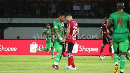 Kapten Kalteng Putra, Made Sukadana terlibat perselisihan dengan gelandang Bali United, Paulo Sergio. - INDOSPORT