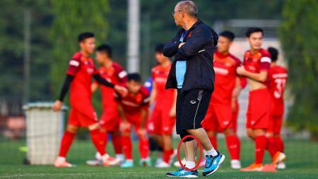 Ingin menyaingin pelatih Timnas Indonesia U-19, Shin Tae-yong, juru taktik Vietnam yakni Park Hang-seo juga ikut menerapkan latihan gila. - INDOSPORT