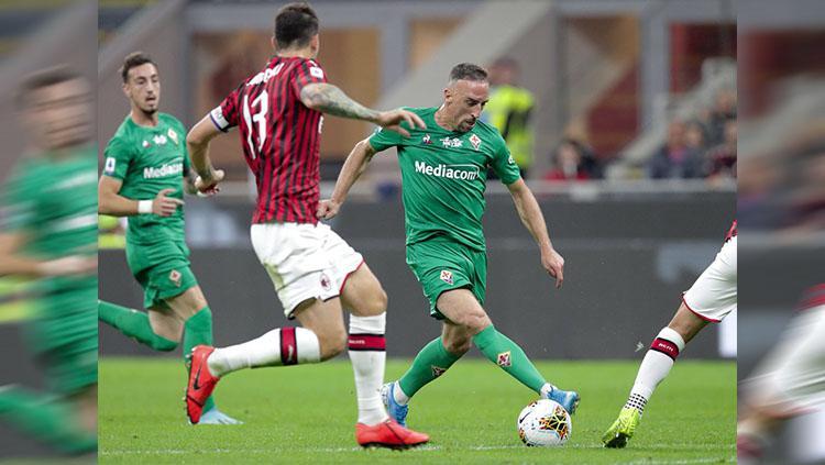 Aksi Franck Ribery di laga AC Milan vs Fiorentina, Senin (30/09/19). Copyright: twitter.com/acffiorentina