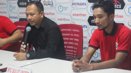Gusti Sandria (kanan) saat mendampingi pelatih Sulut United, Ricky Nelson dalam jumpa pers Liga 2 2019. - INDOSPORT
