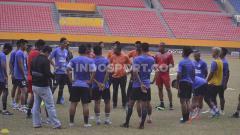 Indosport - Pelatih Sriwijaya FC berikan beberapa instruksi jelang laga melawan PSMS Medan.