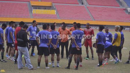 Pelatih Sriwijaya FC berikan beberapa instruksi jelang laga melawan PSMS Medan. - INDOSPORT