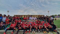 Indosport - Tim debutan Karo United FC foto bersama usai keluar sebagai juara Liga 3 2019 zona Sumut.