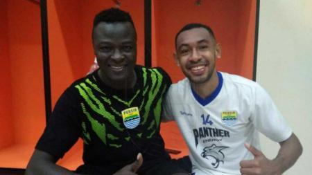 Dua pemain Persib Bandung, Ezechiel N'Douassel dan Julius Josel - INDOSPORT