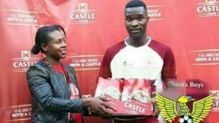 Seorang fans diberi hadiah 24 bir usai dinobatkan sebagai man of the match. - INDOSPORT