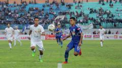 Indosport - Bek sayap PSIS Semarang, Frendi Saputra (jersey biru) harus menunda mimpinya untuk berseragam Timnas Indonesia saat melawan Timnas Malaysia di babak kualifikasi Piala Dunia 2022.