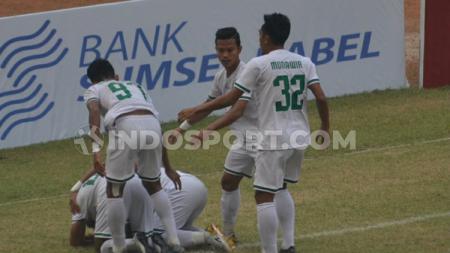 Muhammad sujud syukur karena berhasil mencetak gol buat keunggulan PSMS Medan atas Sriwijaya FC. - INDOSPORT