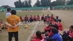 Indosport - PSS Sleman Putri saat sedang mendengar arahan dari pelatihnya.