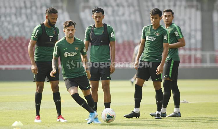 Stefano Lilipaly dan para pemain Timnas Indonesia. Copyright: Herry Ibrahim/INDOSPORT