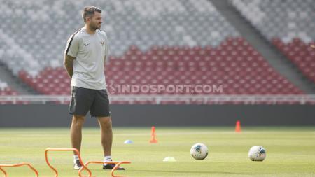 Simon Mcmenemy bisa menghadirkan tiga keuntungan untuk Persija Jakarta andai ditunjuk menjadi pelatih di Liga 1 2020. - INDOSPORT