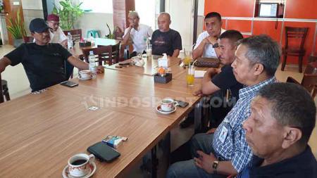 Konferensi Pers yang dilakukan oleh Junaldi Monoarfa (Ketua Askot PSSI Makassar) bersama voters atau pemilik suara - INDOSPORT