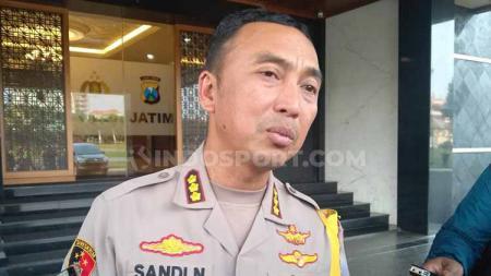 Kapolrestabes Surabaya, Kombes Pol Sandi Nugroho menjelaskan alasan utama tak ada izin dari kepolisian untuk laga Persebaya Surabaya vs Borneo FC. - INDOSPORT